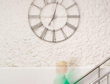 Часы и лестница